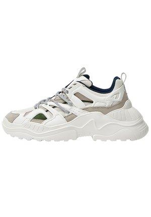 CHUNKY-SNEAKER AUS FUNKTIONSSTOFF MIT EINSÄTZEN 12303540 - Sneakers alte - white