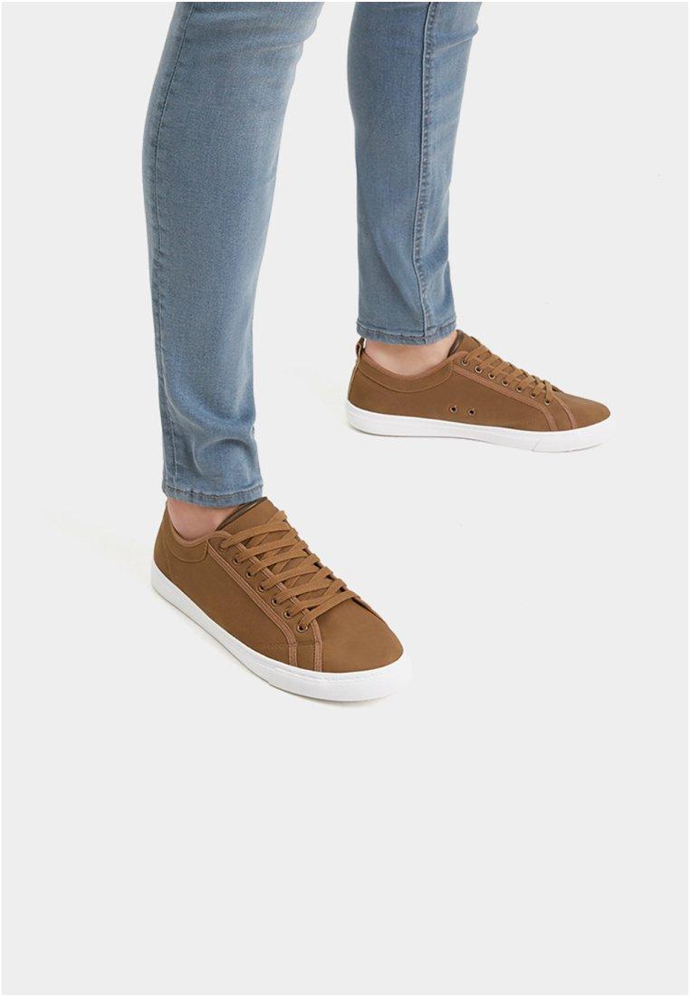 PULL&BEAR - MIT BROGUING - Sneakersy niskie - brown