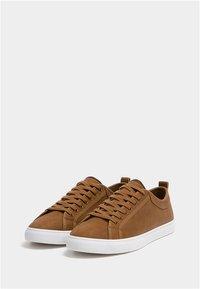 PULL&BEAR - MIT BROGUING - Sneakersy niskie - brown - 2