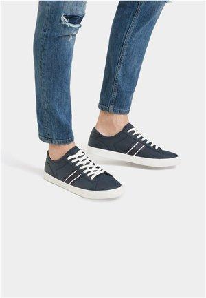 MIT SEITLICHEM  - Sneakersy niskie - blue