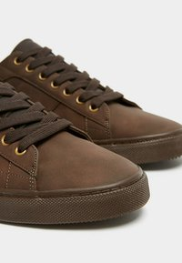PULL&BEAR - MIT ZIERELEMENT AN DER FERSE - Sneakers laag - brown - 6