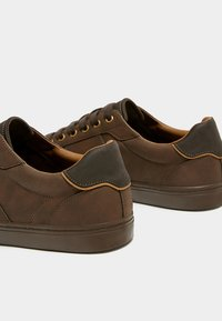 PULL&BEAR - MIT ZIERELEMENT AN DER FERSE - Sneakers laag - brown - 5