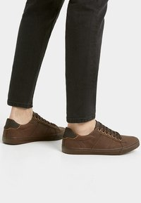 PULL&BEAR - MIT ZIERELEMENT AN DER FERSE - Sneakers laag - brown - 0