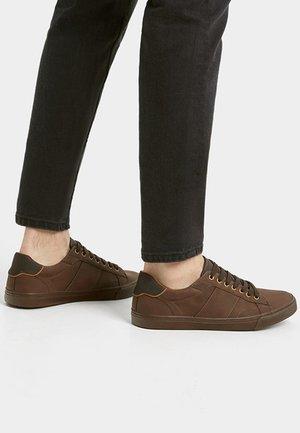 MIT ZIERELEMENT AN DER FERSE - Sneakersy niskie - brown