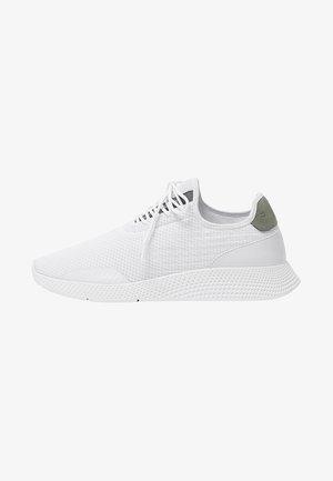 MIT SEITLICHEN DETAILS - Sneakersy niskie - white