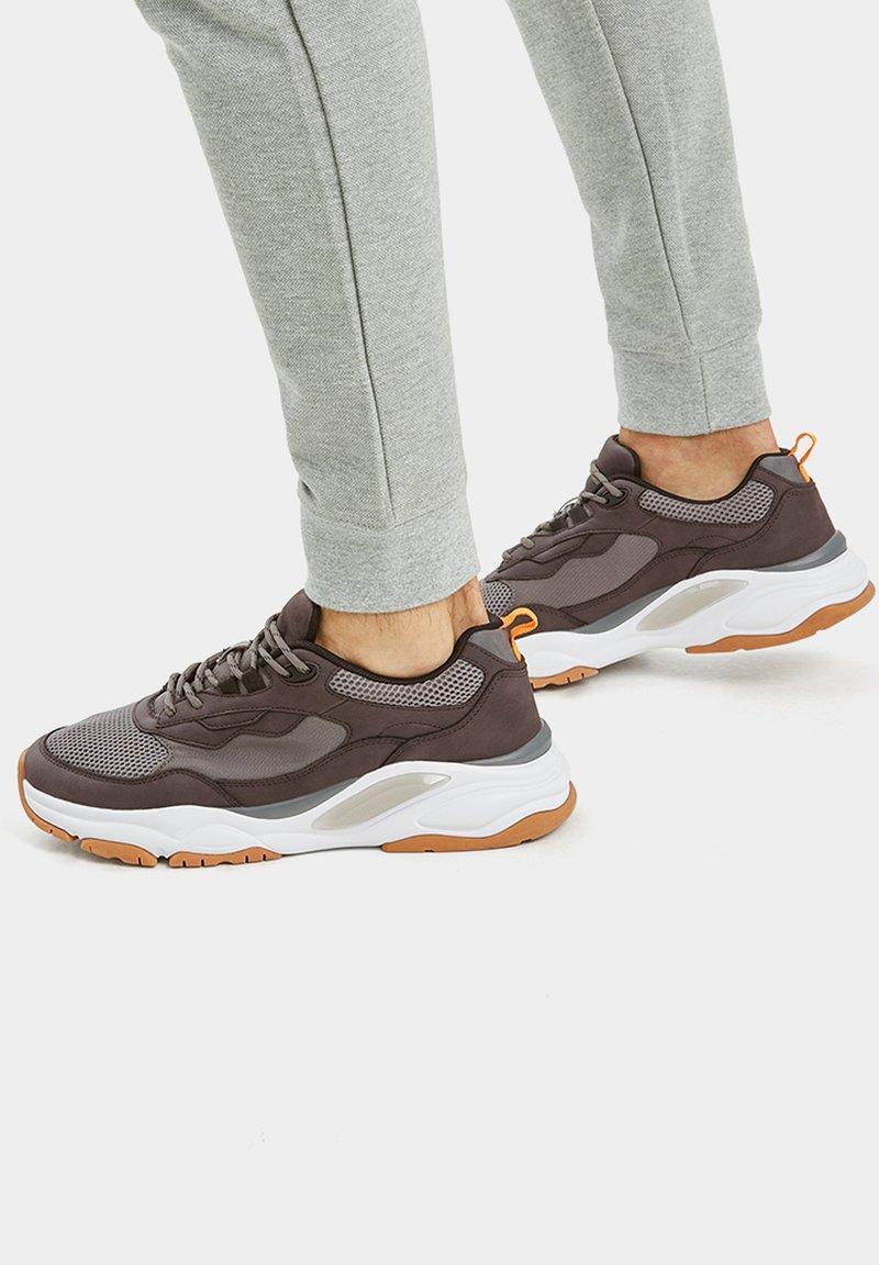PULL&BEAR - MIT EINSÄTZEN  - Sneakers laag - grey