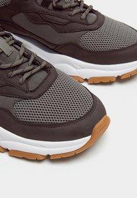 PULL&BEAR - MIT EINSÄTZEN  - Sneakers laag - grey - 6