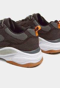 PULL&BEAR - MIT EINSÄTZEN  - Sneakers laag - grey - 4