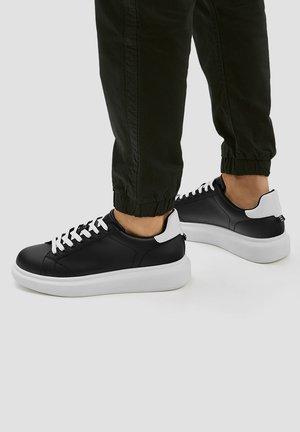 MIT VOLUMINÖSER - Sneakers - black