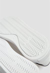 PULL&BEAR - SNEAKER MIT GEOMETRISCHEM BROGUING UND PLATEAUSOHLE 12213540 - Baskets basses - white - 6