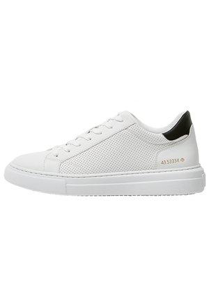 SNEAKER MIT GEOMETRISCHEM BROGUING UND PLATEAUSOHLE 12213540 - Sneakers - white