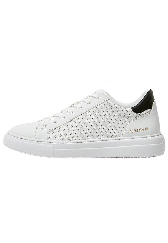 SNEAKER MIT GEOMETRISCHEM BROGUING UND PLATEAUSOHLE 12213540 - Sneakers laag - white