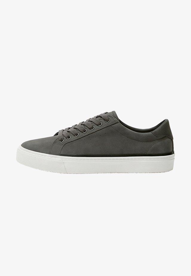 SNEAKER MIT BROGUING UND SCHNÜRUNG 12215540 - Sneakers - grey
