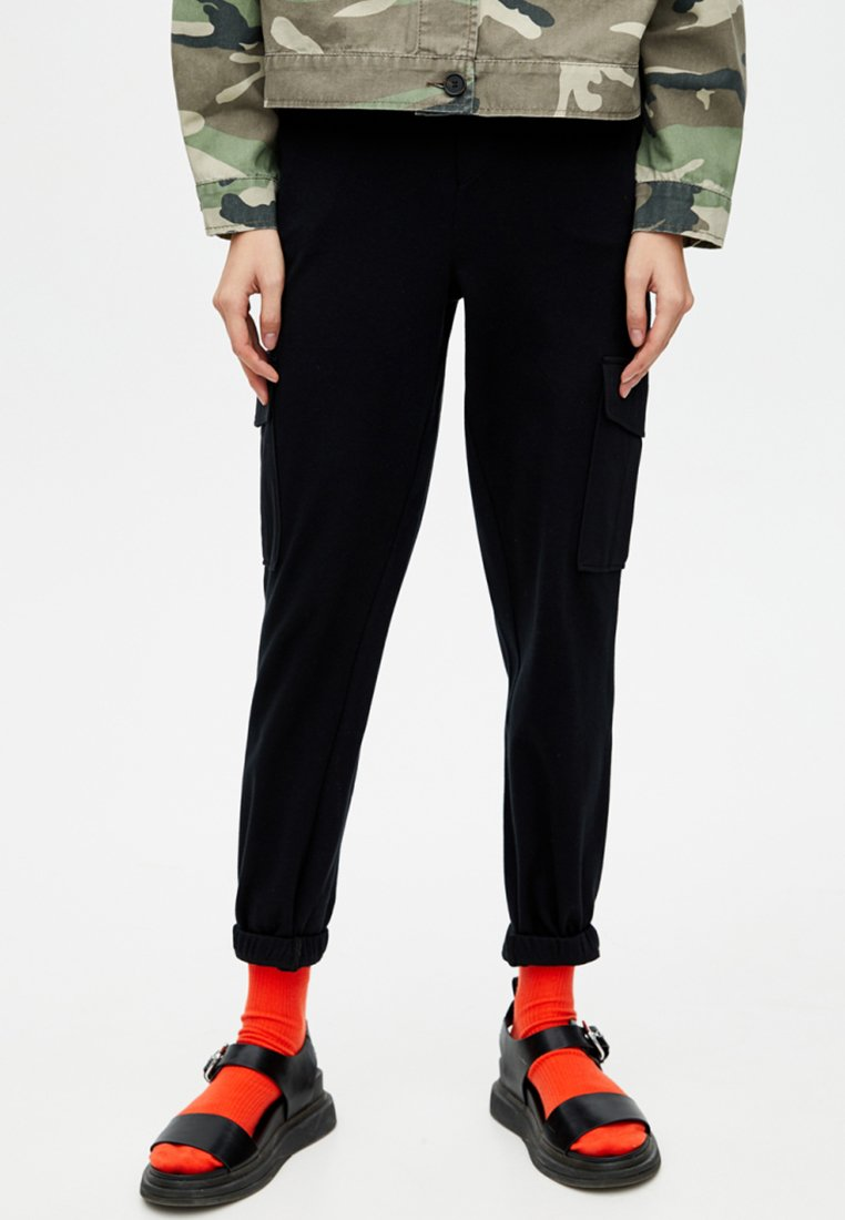 PULL&BEAR - MIT ELASTISCHEM SAUM - Cargo trousers - black