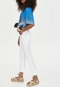 PULL&BEAR - MIT SCHLAG  - Jeans Slim Fit - white - 3