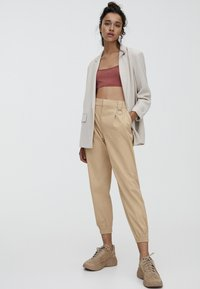 PULL&BEAR - CARGO - Trousers - sand - 1