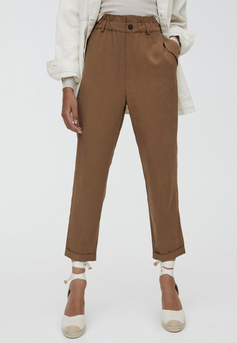 PULL&BEAR - MIT STRETCHBUND  - Stoffhose - brown
