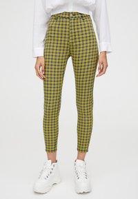 PULL&BEAR - MIT PRINT - Pantalon classique - yellow - 0