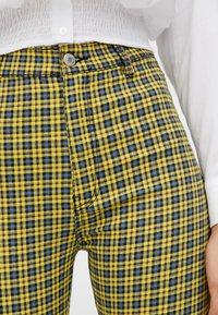 PULL&BEAR - MIT PRINT - Pantalon classique - yellow - 4