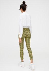 PULL&BEAR - MIT PRINT - Pantalon classique - yellow - 2