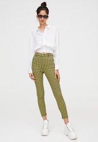 PULL&BEAR - MIT PRINT - Pantalon classique - yellow - 1