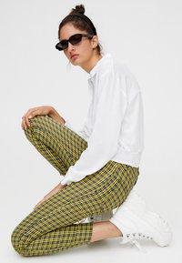 PULL&BEAR - MIT PRINT - Pantalon classique - yellow - 3