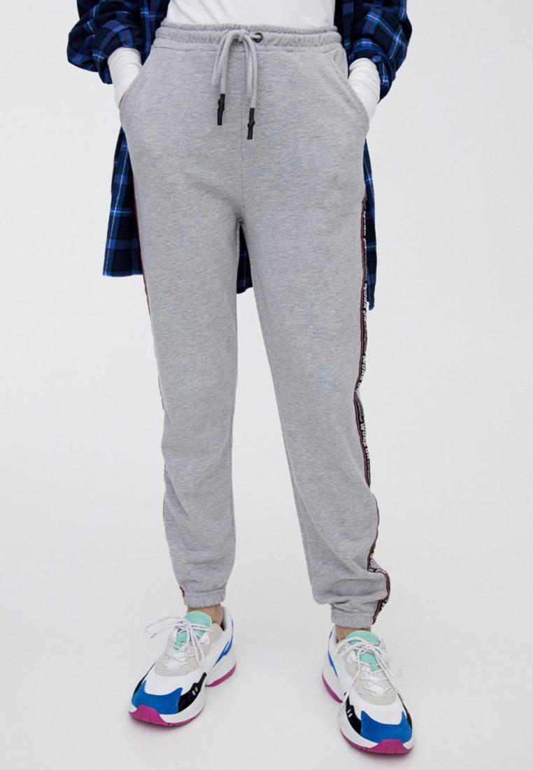 PULL&BEAR - MIT SEITENSTREIFEN UND SLOGAN - Pantaloni sportivi - light grey