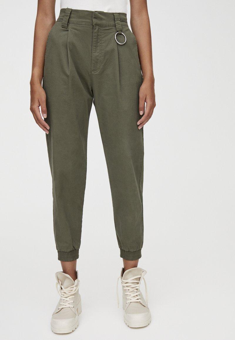 PULL&BEAR - MIT METALLRING AM SAUM - Trousers - khaki