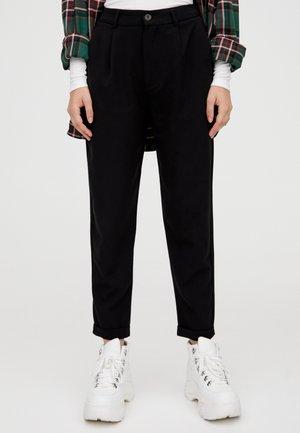 MIT BUNDFALTEN  - Trousers - black