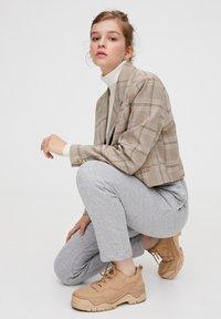 PULL&BEAR - MIT GERADEM SAUM  - Teplákové kalhoty - grey - 4