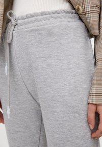 PULL&BEAR - MIT GERADEM SAUM  - Teplákové kalhoty - grey - 3
