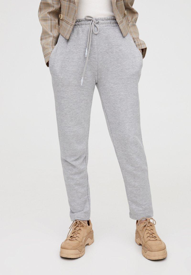PULL&BEAR - MIT GERADEM SAUM  - Teplákové kalhoty - grey