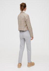 PULL&BEAR - MIT GERADEM SAUM  - Teplákové kalhoty - grey - 2
