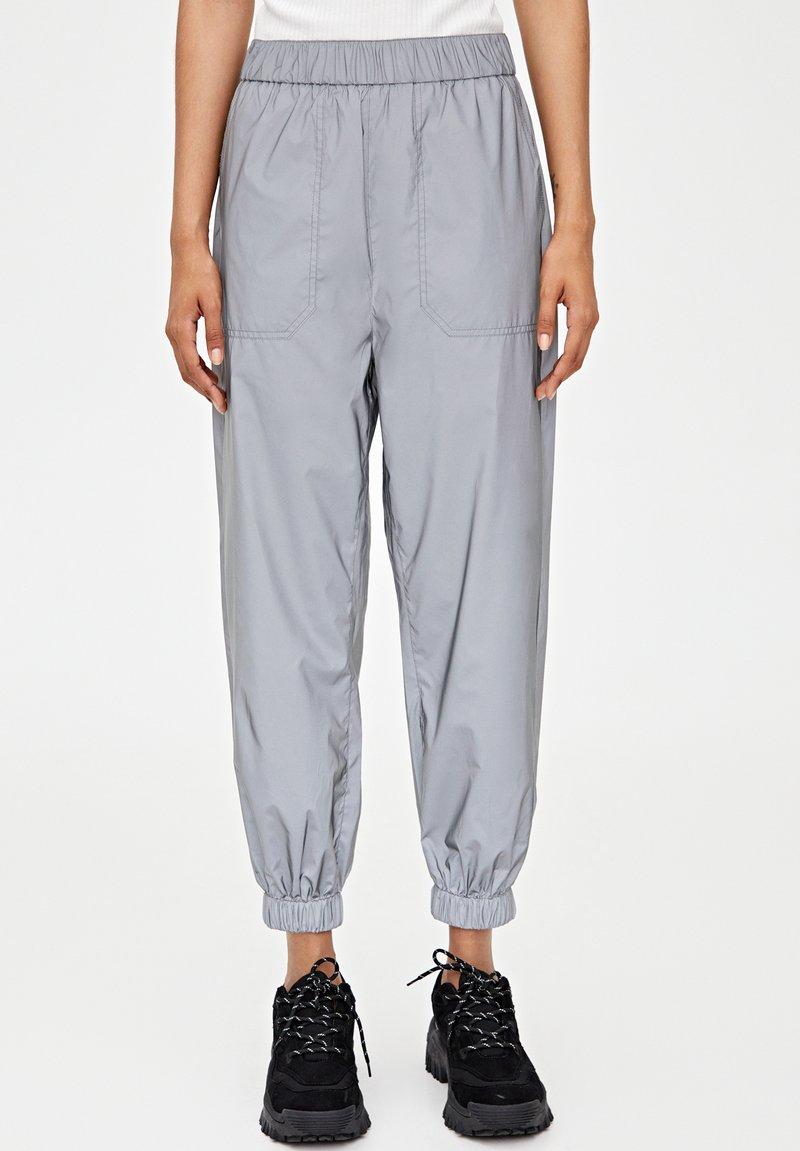 PULL&BEAR - REFLEKTIERENDE  - Tracksuit bottoms - grey