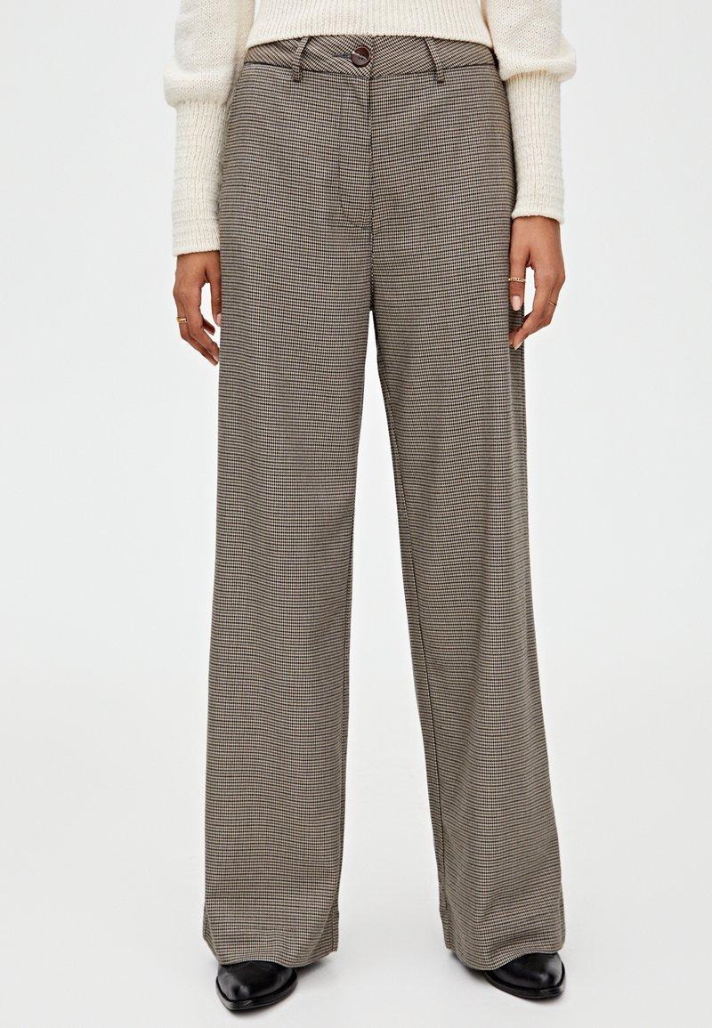PULL&BEAR - MIT HAHNENTRITTMUSTER - Kalhoty - light brown