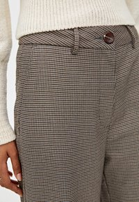 PULL&BEAR - MIT HAHNENTRITTMUSTER - Kalhoty - light brown - 4