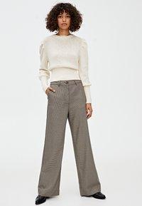 PULL&BEAR - MIT HAHNENTRITTMUSTER - Kalhoty - light brown - 1