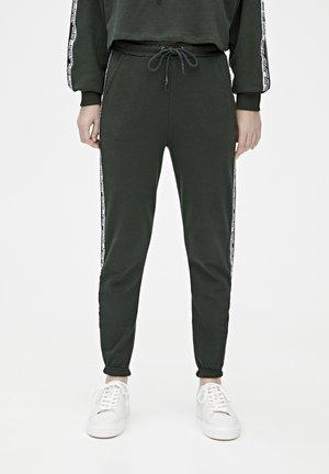 JOGGINGHOSE MIT FARBLICH ABGESETZTEM STREIFEN MIT SLOGAN 0567130 - Pantalon de survêtement - dark green