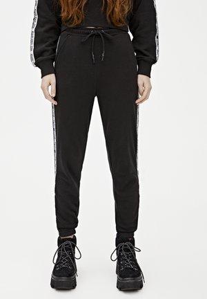 JOGGINGHOSE MIT FARBLICH ABGESETZTEM STREIFEN MIT SLOGAN 0567130 - Pantalon de survêtement - black
