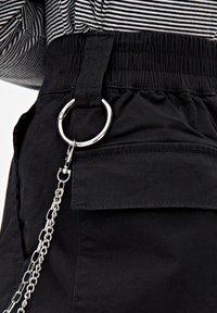 PULL&BEAR - BASIC-CARGOHOSE MIT KETTE 09670115 - Pantaloni cargo - black - 4