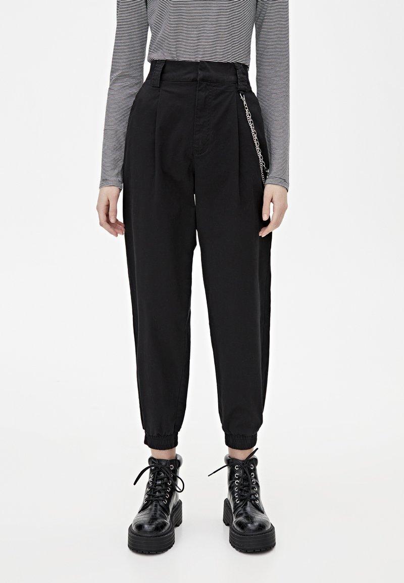 PULL&BEAR - BASIC-CARGOHOSE MIT KETTE 09670115 - Pantaloni cargo - black