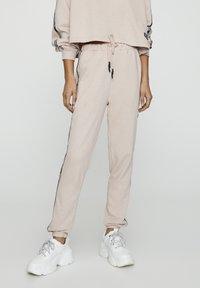 PULL&BEAR - MIT STREIFEN UND SLOGAN - Spodnie treningowe - rose - 0