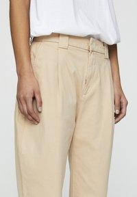 PULL&BEAR - MIT BUNDFALTEN  - Chino kalhoty - sand - 3