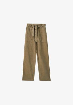 MIT GÜRTEL UND AUFGENÄHTEN TASCHEN  - Pantalon classique - khaki