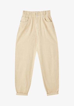 MIT BREITEM GUMMIZUG - Jeans Tapered Fit - camel