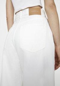 PULL&BEAR - Džíny Straight Fit - white - 3