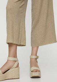 PULL&BEAR - Pantalon classique - khaki - 5