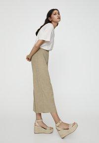 PULL&BEAR - Pantalon classique - khaki - 1