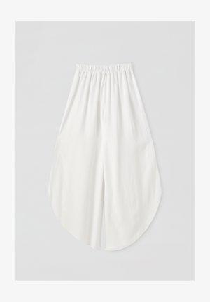MIT BUNDFALTEN - Trousers - white