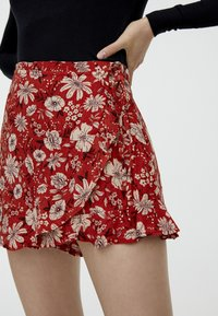 PULL&BEAR - M PAREO-STIL  - Shorts - red - 3